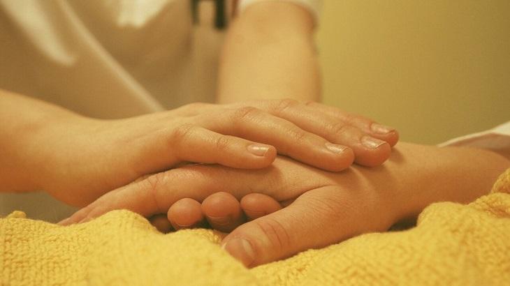 臥床長輩咳不出痰?拍痰技巧報您知|家天使臨時看護,醫院看護