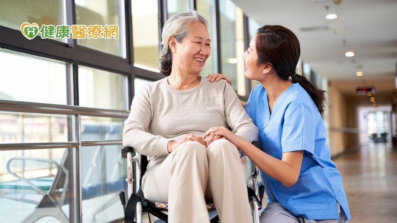 髖部骨折每五人有一人一年內死亡 治療骨鬆降死亡風險 家天使-找看護第一品牌