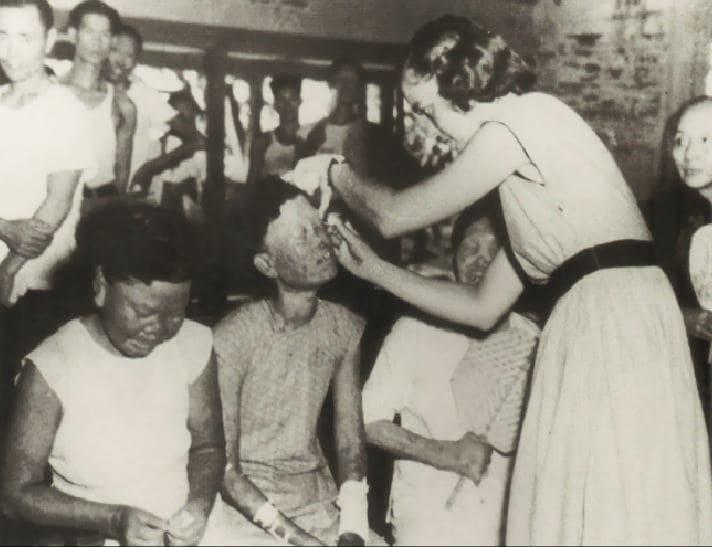 白寶珠如天使般的照顧病患